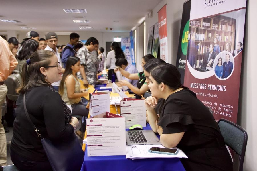 estudiantes y graduados guayaquileños buscan empleo