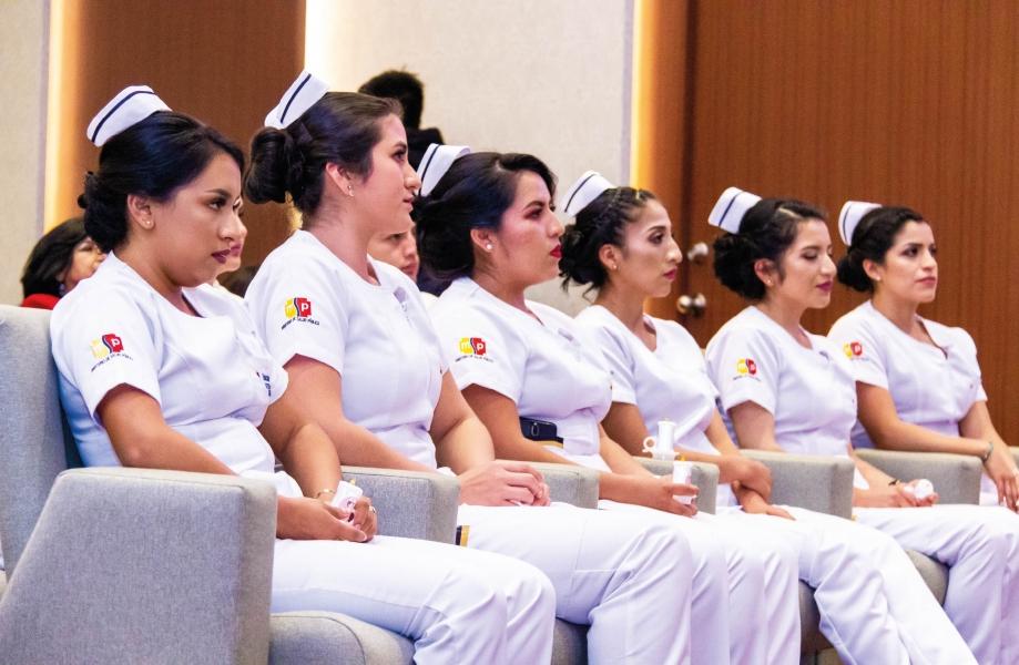 Imposición de insignias a estudiantes de Enfermería