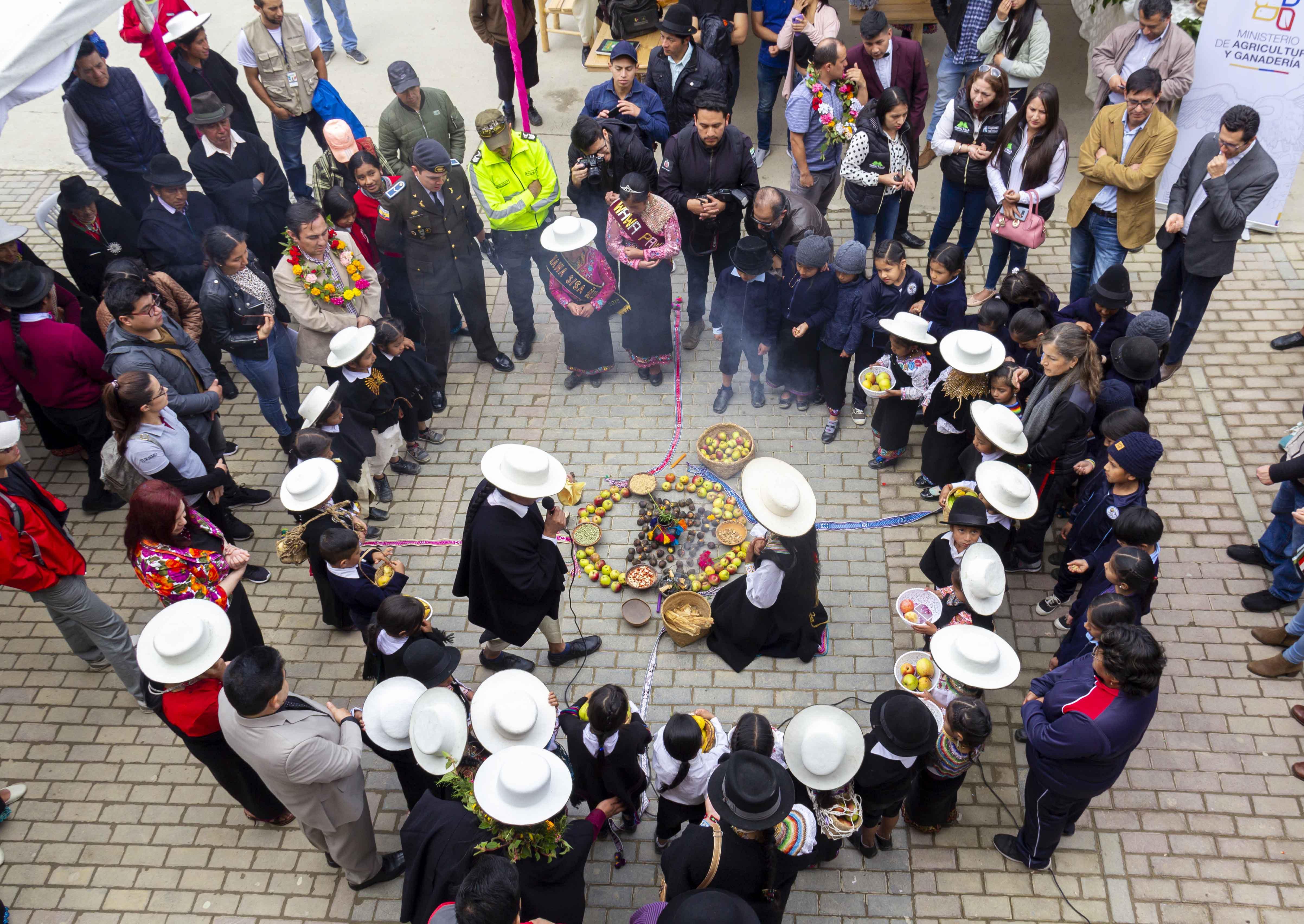 Grupo de personas en un ritual