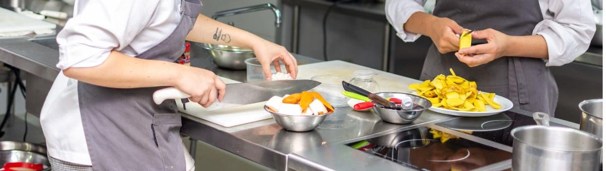 """Estudiantes de la carrera de Gastronomía participaron del reto """"Copa Culinaria UTPL"""", una competencia que tuvo como finalidad fortalecer los conocimientos teóricos y prácticos adquiridos durante el semestre"""