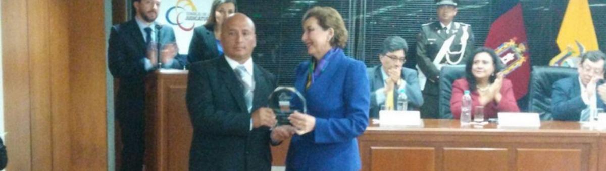 Graduado-UTPL-recibe-reconocimiento