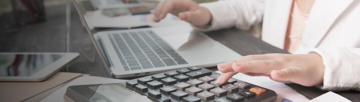 El experto en contabilidad y auditoría verifica que la empresa cumpla con las normas contables en base a la actividad que la empresa desarrolla.
