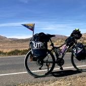 En bici al fin del mundo es el viaje que realiza Cynthia Valladares por Sudamérica, luego de graduarse en la carrera de Gestión Ambiental de la UTPL