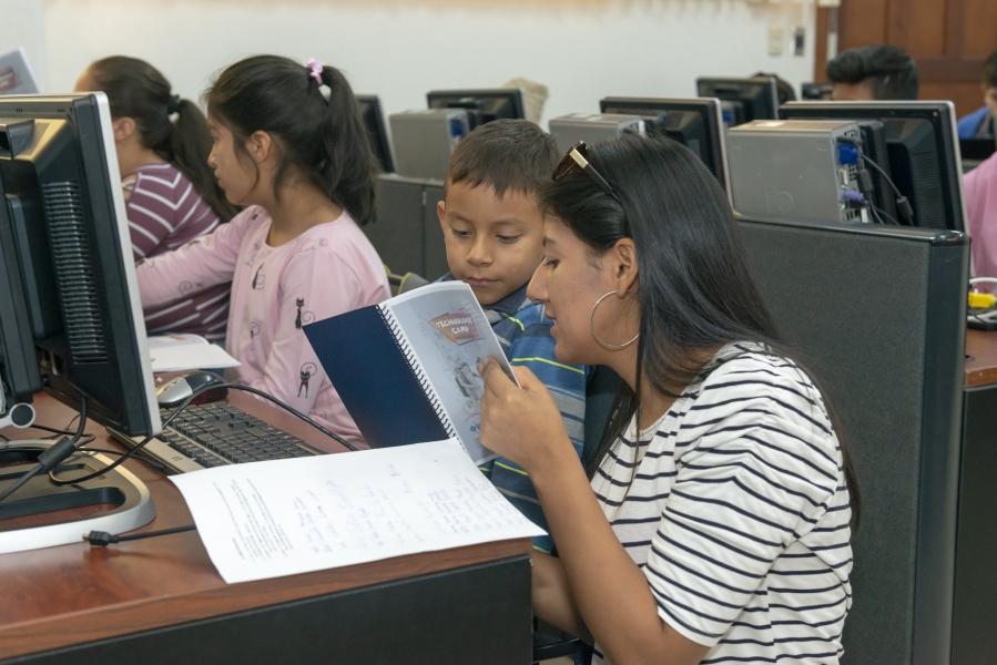 niños de la escuela Filomena Mora reciben capacitaciones de robótica en UTPL