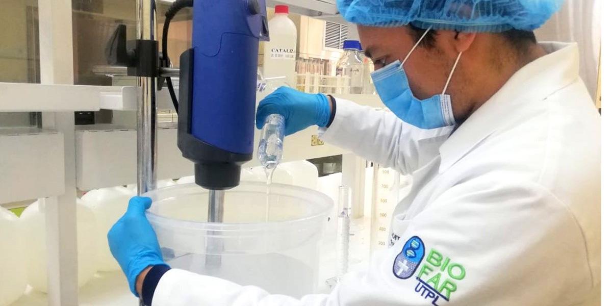 UTPL produce y dona gel antiséptico
